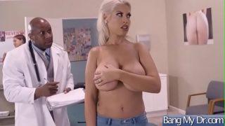 Doktor černoch udělá prsaté blondýnce anální prohlídku