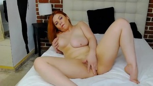 Přírodní zrzka masturbuje před webkou