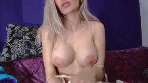 Prsatá blondýnka miluje svoji hračku