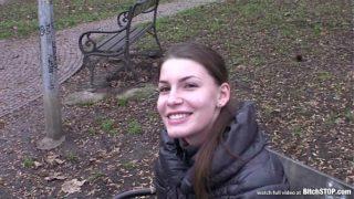 Česká holka se svleče před cizími chlapi v autě