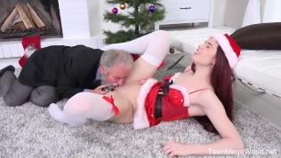 Pod Vánočním stromečkem najde nové dildo od dědečka