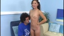 Kamarád si užije její krásné mladé tělo a její malé prsa