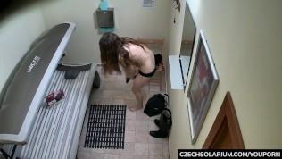 Masturbaci mladé dívky v soláriu zachytila skrytá kamera